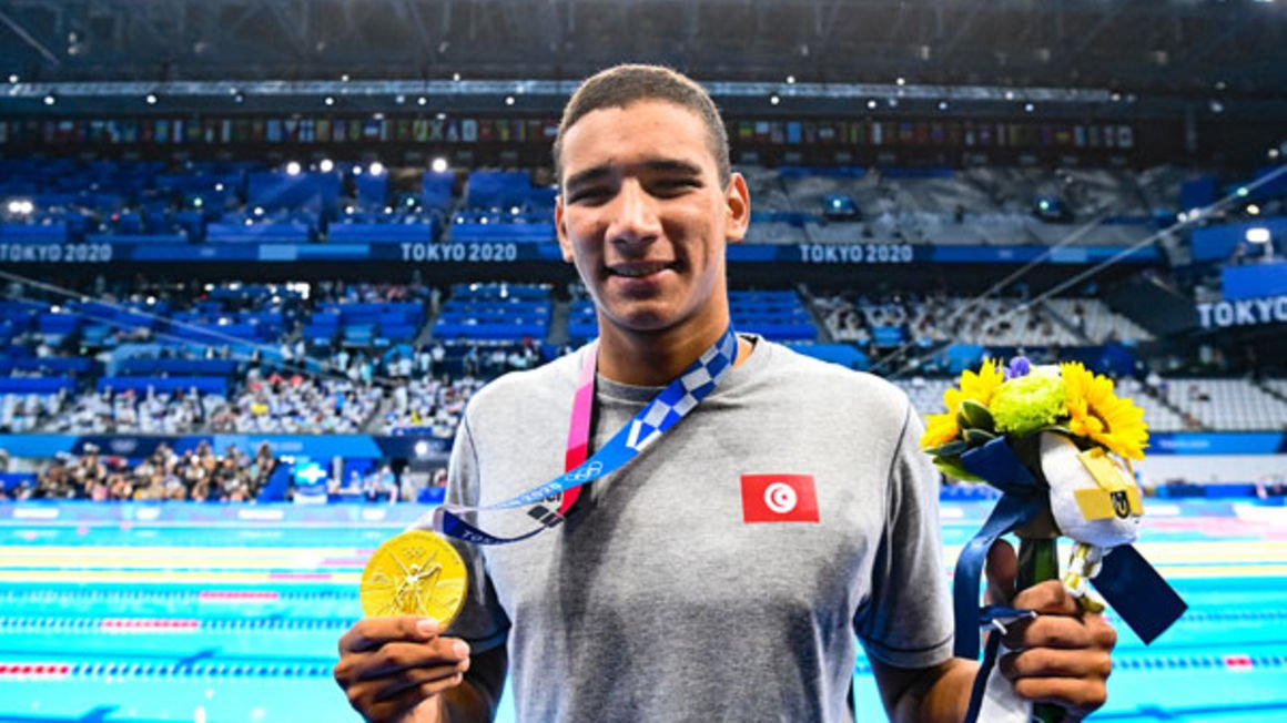 Tunisia's Ahmed Hafnaoui poses with his gold medal after the final of the men's 400m freestyle swimming event during the Tokyo 2020 Olympic Games at the Tokyo Aquatics Centre in Tokyo on July 25, 2021. PHOTO/AFP